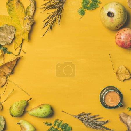 Photo pour Table de fruits de récolte d'automne, tasse à expresso et feuilles sur moutarde jaune - image libre de droit