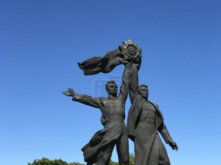 Photo pour Statue de travailleurs russes et ukrainiens brandissant l'Ordre soviétique de l'amitié des peuples à Kiev Ukraine - image libre de droit