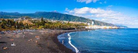 Photo pour Plage de Playa Jardin volcanique (Puerto de la Cruz, Espagne), au loin le volcan Teide - image libre de droit
