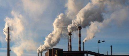 Photo pour Cheminées de fumer du produit chimique des plantes émettant des quantités énormes de gaz à effet de serre, concept de pollution air environnement - image libre de droit