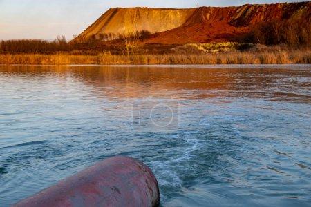 Photo pour Tuyaux d'égouts rejetant des eaux usées dans le lac, orientation sélective - image libre de droit