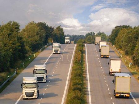 Photo pour Circulation camion soir sur l'autoroute, mise au point sélective - image libre de droit
