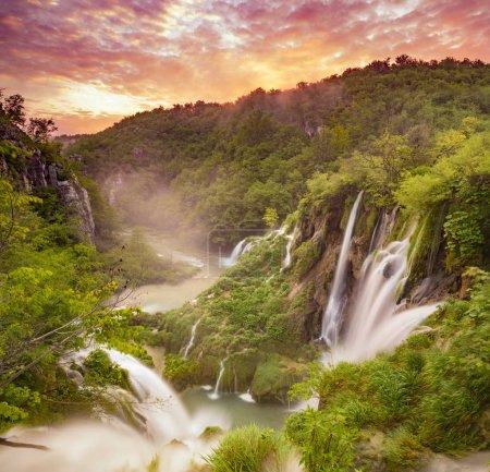Photo pour Vue panoramique sur les chutes d'eau dans le parc national des lacs de Plitvice, Croatie - image libre de droit