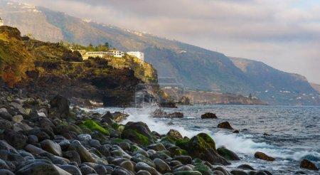 Photo pour Coucher de soleil sur la côte Atlantique de Tenerife, Puerto de la Cruz, Punta Brava - image libre de droit