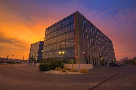 Photo pour Immeuble de bureaux moderne au lever du soleil ardent - image libre de droit