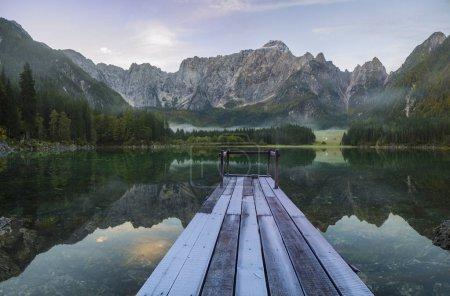Photo pour Pont en bois sur un lac de montagne - image libre de droit