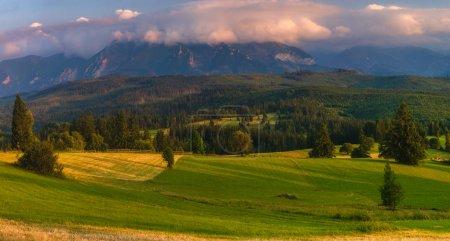 Panorama de las montañas Tatra. Picos de montaña que se elevan sobre gr
