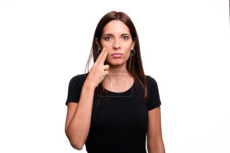 Photo pour Isolé en fond blanc brunette femme disant la peur en langue des signes espagnole - image libre de droit