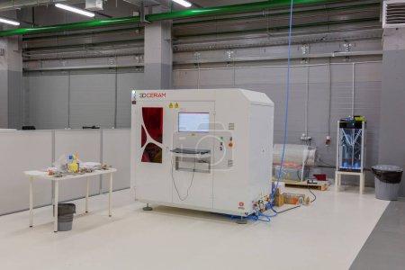 Photo pour Moscou, Russie - 9 septembre 2020 : Équipement professionnel spécial pour l'impression 3D programmable. Atelier industriel de l'usine SIU System - image libre de droit