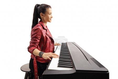 Photo pour Profil d'un jeune clavier féminin branché isolé sur fond blanc - image libre de droit