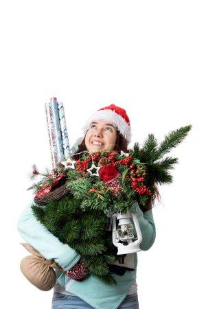 Photo pour Photo de femme en bonnet Santas avec sapin de Noël, lanterne, papier d'emballage dans les mains sur fond blanc vide - image libre de droit