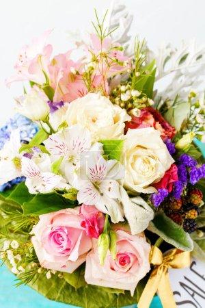 Фото романтического букета розовых роз, лилий, зеленых листьев .