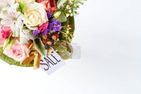 Фото сверху романтического букета розовых роз, лилий, зеленых листьев с открыткой