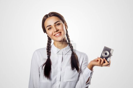 Photo pour Fille souriante avec une caméra rétro vintage. Jolie maquette photographiant - image libre de droit