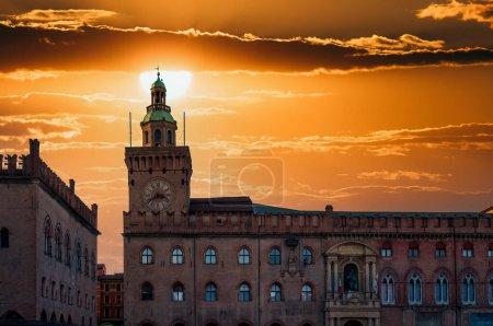 Photo pour Piazza Maggiore in Bologna city under red sky of dramatic sunset - image libre de droit