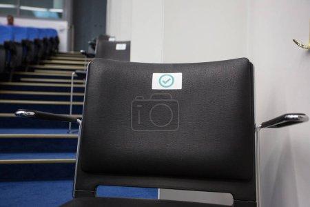 Photo pour Covid-19 sièges approuvés et non approuvés à la conférence - image libre de droit