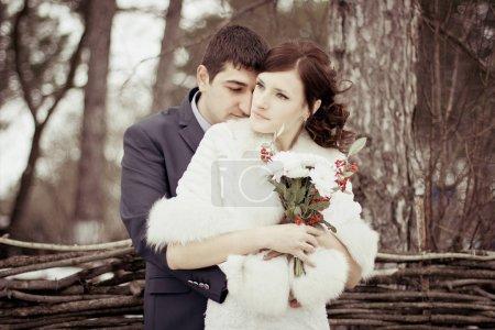 Photo pour Heureux couple marié. Mariée et marié célébrant mariage d'hiver . - image libre de droit