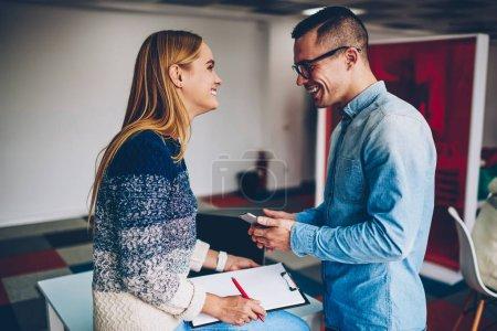 Photo pour Jeunes collègues masculins et féminins plaisantant pendant la pause de travail appréciant l'atmosphère conviviale de l'entreprise, souriant candidat ayant une bonne entrevue avec femme recruteur embauche pour le poste vacant dans le bureau de l'entreprise - image libre de droit