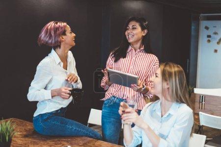 Photo pour Équipage excité du sourire des collègues femmes célèbrent le succès du projet ensemble, le groupe multiracial qualifié de travailleuses plaisanter et se moquer entre eux, rire au cours du processus de travail - image libre de droit