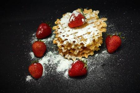 Photo pour Gaufres sucrées croustillantes aux fraises fraîches, sur fond sombre . - image libre de droit