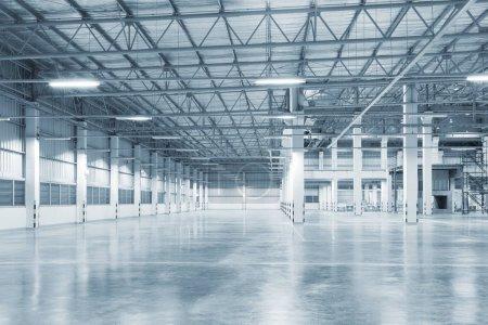Budynek fabryki lub budynku magazynu z betonowej podłodze na tle branży.