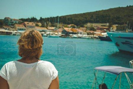 Photo pour Modèle plus la taille reposant sur le bord de la mer à la journée ensoleillée, île de Céphalonie Grèce - image libre de droit