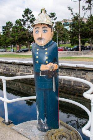 Photo pour Borne lumineuse colorée dans la ville de Greater Geelong à Victoria, Australie, Art public - image libre de droit