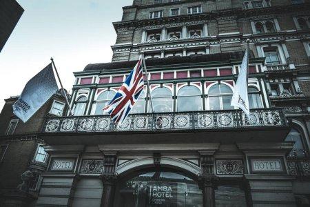 Photo pour Vue sur le vieil immeuble de l'Hôtel Amba dans la rue de Londres, Royaume-Uni - image libre de droit