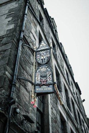 Photo pour EDINBURGH, ÉCOSSE - 09 SEPTEMBRE 2019 : Le Royal Mile (The Highstreet) d'Édimbourg est l'une des rues les plus emblématiques d'Écosse et une attraction touristique majeure - image libre de droit