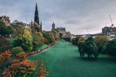 Photo pour Bâtiments historiques et parc verdoyant à Édimbourg, Écosse - image libre de droit