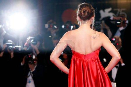 Foto de VENECIA, ITALIA - 01 DE SEPTIEMBRE: Dakota Johnson camina por la alfombra roja de la película 'Suspiria' durante el 75º Festival de Cine de Venecia el 1 de septiembre de 2018 en Venecia, Italia . - Imagen libre de derechos