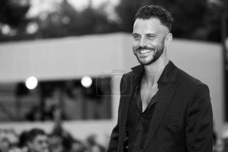 """Photo pour VENISE, ITALIE - 07 SEPTEMBRE : Andrea Montovoli marche sur le tapis rouge du film """"One Nation One King"""" lors de la 75e Festival du film de Venise le 7 septembre 2018 à Venise, Italie. - image libre de droit"""