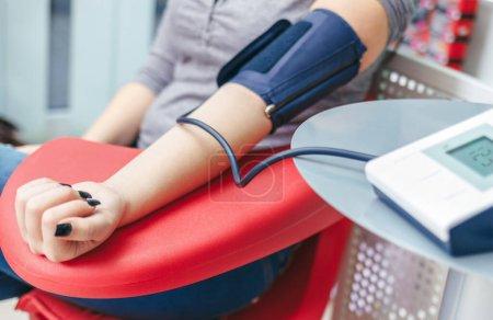 Photo pour Contrôle de la pression artérielle avec moniteur numérique - image libre de droit