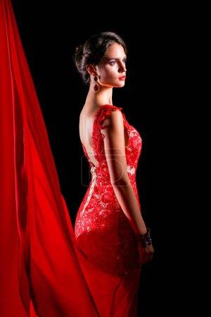 Photo pour Femelle assez jeune mannequin aux cheveux foncés dans une étonnante robe longue rouge. - image libre de droit