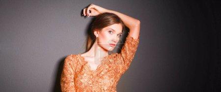 attrayant femme en robe d'or