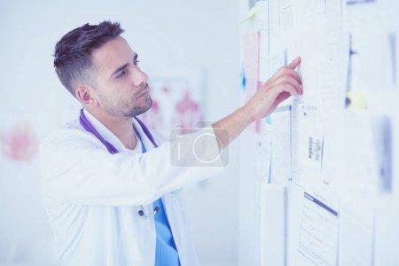 Photo pour Young et debout portrait homme confiant de médecin en cabinet médical - image libre de droit