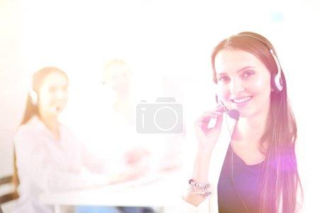 Photo pour Femme d'affaires attrayant travaillant sur ordinateur portable au bureau. Gens d'affaires. - image libre de droit