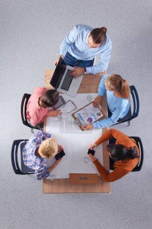 Photo pour Les gens d'affaires assis et discutant à la réunion, au bureau. - image libre de droit