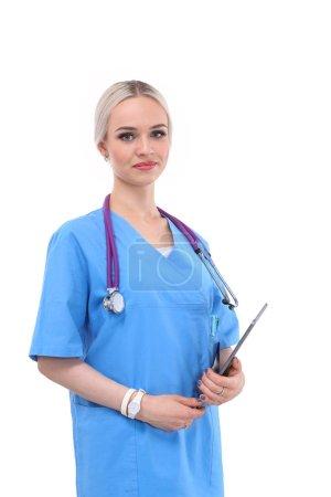 Photo pour Médecin féminin utilisant une tablette numérique et debout sur fond blanc. Femmes médecins - image libre de droit