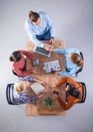 Foto de Gente de negocios sentada y discutiendo en la reunión, en la oficina. - Imagen libre de derechos