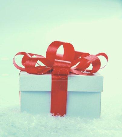 Photo pour Boîte cadeau blanche avec ruban rouge et archet. - image libre de droit