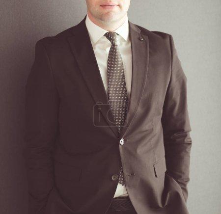 Photo pour Portrait d'un homme d'affaires mature confiant debout à l'extérieur - image libre de droit