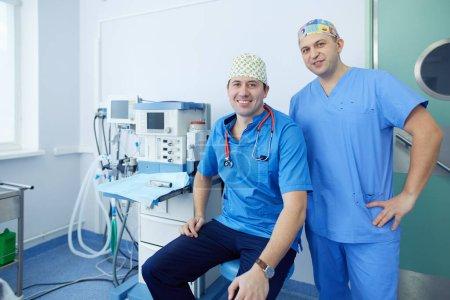 Männlicher Chirurg im Operationssaal