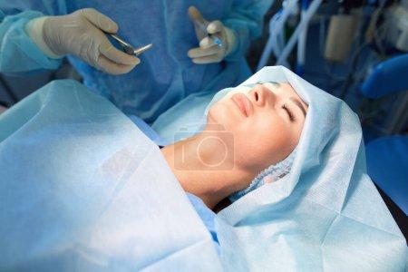 Photo pour Chirurgien sur fond dans la salle d'opération. - image libre de droit