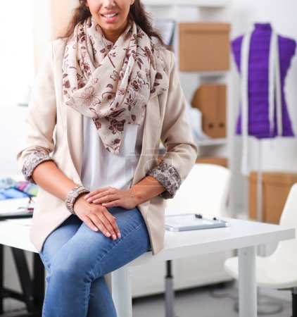 Photo pour Belle jeune styliste dans son studio - image libre de droit