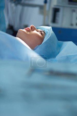 Photo pour Homme chirurgien au travail en salle d'opération. - image libre de droit