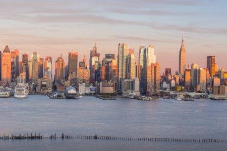 Photo pour New York Manhattan Midtown skyline au crépuscule États-Unis - image libre de droit
