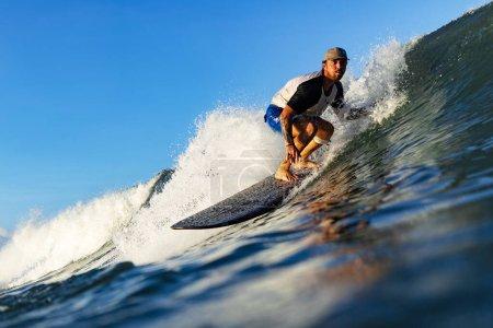 Photo pour Surfez dans l'océan sur de grandes vagues. Bali surf plan aérien. Mode de vie sain et actif. - image libre de droit