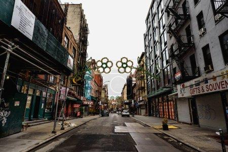 Photo pour Les rues de New York. Détails de Manhattan vue sur la rue. Bâtiments de grande hauteur et gratte-ciel de New York. Les rues de Manhattan. Détails de la ville industrielle. Des rues vides de New York. Vieux bâtiments de Brownstone de New York. - image libre de droit