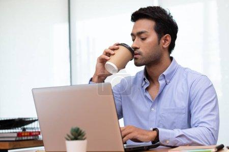 Photo pour Homme d'affaires travaillant et buvant du café le matin. - image libre de droit